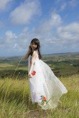 絶景の草原で大人の表情をみせる桜井日奈子