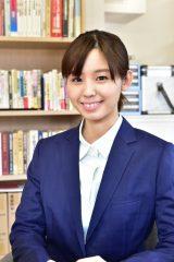 女優・泉ピン子が主演するTBS系『オバチャン保険調査員 赤宮楓のマル秘事件簿』で新人調査員を演じる小池里奈 (C)TBS