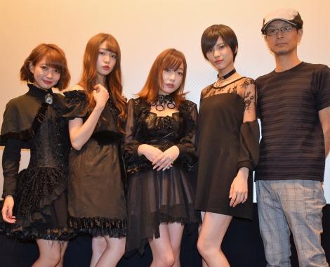 『「超」怖い話2』初日舞台あいさつに登壇した(左から)荻野可鈴、志田友美、京佳、小林れい、千葉誠治監督