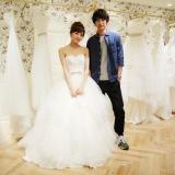 日本テレビ系連続ドラマ『愛してたって、秘密はある。』で花嫁姿を披露する川口春奈と福士蒼汰 (C)日本テレビ