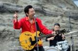 茅ヶ崎のシンボル・烏帽子岩(えぼしいわ)で歌唱する桑田佳祐(C)2017 Tales of CHIGASAKI film committee