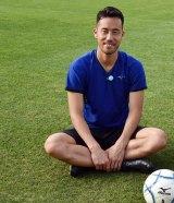 8月26日放送、テレビ朝日系『週刊ニュースリーダー』MCの城島茂(TOKIO)がサッカー日本代表の守備の要、吉田麻也のトレーニングを直撃取材(C)テレビ朝日