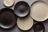 手仕事が生み出す土の風合い豊かな信楽焼の器(税込900円〜2500円)
