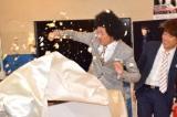 ケーキの下から永田裕志(新日本プロレス)が出てくるというドッキリを仕掛けられる藤田憲右 (C)ORICON NewS inc.