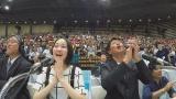 『ABUアジア・太平洋ロボットコンテスト2017東京大会』に、ロボコン応援団の団長・哀川翔(右)、応援リーダーの吉本実憂(左)が駆けつける(写真提供:NHK)