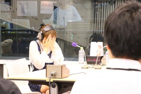 ラジオ番組『高橋みなみと朝井リョウ ヨブンのこと』で2ndシングル「孤独は傷つかない」のサプライズ会見を仕掛けられた高橋みなみ