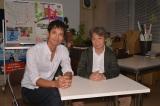 2016年末の単発ドラマ撮影時に撮った一枚(左から)沢村一樹、原作者の荻原浩氏