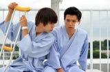 関西テレビ・フジテレビ系ドラマ『僕たちがやりました』第7話より。奇跡的に命をとりとめたトビオ(窪田正孝)は別人のようになって…(C)関西テレビ