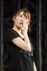須藤のコメントに涙するメンバーたち(C)NMB48