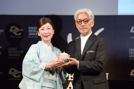 デジタルガレージ『ファーストペンギンアワード 2017』授賞式に出席した坂本龍一(右)