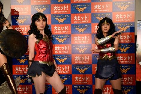 映画『ワンダーウーマン』の大ヒット記念イベントに出席した尼神インターの誠子、渚