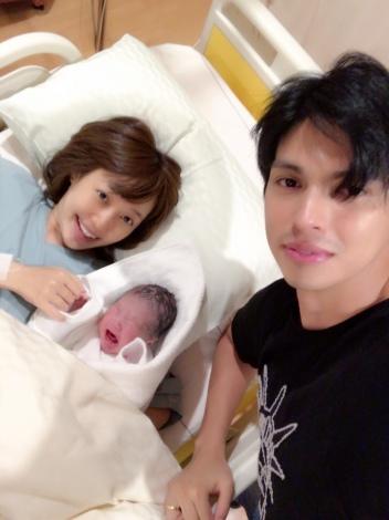 アレクサンダー&川崎希と誕生したばかりの第1子のスリーショット