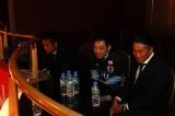 川口能活、岡野雅行と共に試合を観戦する香川照之