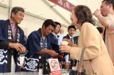 訪れたファンに振る舞い酒で持て成す石原軍団