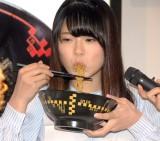 2年ちょっとアルバイトをしていたというキング軒の汁なし担々麺に舌鼓を打つ矢野帆夏 (C)ORICON NewS inc.