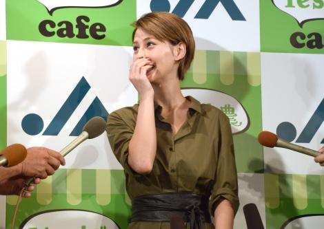 大勢の取材陣に囲まれたダレノガレ明美=『Yes! 農cafe』のオープンイベント (C)ORICON NewS inc.