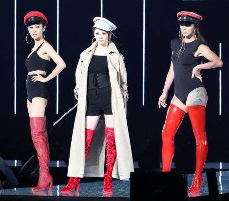 サムネイル 『TGC2017AW』開幕ランウェイを務めた(左から)山田優、香里奈、土屋アンナ (C)oricon ME inc.
