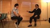 秋元康氏と対談する水野良樹(C)NHK