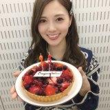 写真集の累計発行部数23万部のお祝いケーキを喜ぶ白石麻衣