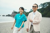 桂浜を歩くタモリと近江友里恵アナウンサー(C)NHK
