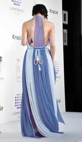 背中が大きく空いたドレスで登場した竹内結子=『ラメランス』イメージキャラクター・新CM発表会 (C)ORICON NewS inc.