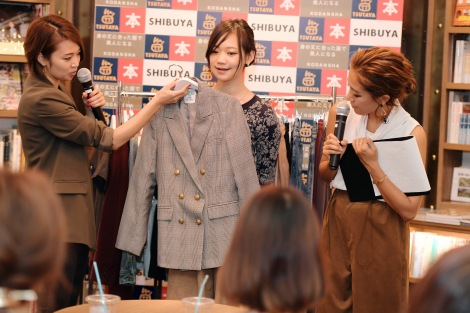 イベントで直接ファッションアドバイスする小山田早織氏(左)