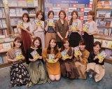 イベント参加者と写真撮影した小山田早織氏(上段右から3人目)