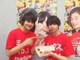 卓球猛練習中の佐野勇斗(左)の応援に駆けつけた塩崎太智 (C)2017『ミックス。』製作委員会
