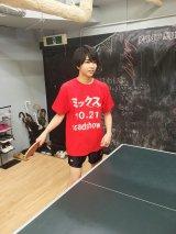 卓球猛練習中の佐野勇斗の応援に駆けつけた塩崎太智 (C)2017『ミックス。』製作委員会