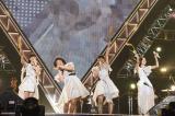 レキコことレキシ(左から2人目)がPerfumeとおそろいの衣装で「ポリリズム」完コピ(9月7日=愛知県体育館)撮影:上山陽介