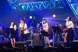 スガシカオの演奏で「マカロニ」を歌うPerfume(9月6日=愛知県体育館)撮影:上山陽介
