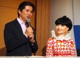 司会を務めた(左から)坪井直樹アナ、アンドロイドの「totto」 (C)ORICON NewS inc.