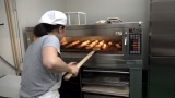 兵庫県丹波市の山奥に工房で、レシピ考案からパン作り、梱包、発送までを全て1人で行なっている塚本さん(C)関西テレビ