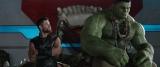 """映画『マイティ・ソー バトルロイヤル』(11月3日公開)より、クリス・ヘムズワース(ソー役)とマーク・ラファロ(ハルク役)の""""仲睦まじい""""メッセージ映像解禁(C)Marvel Studios 2017"""