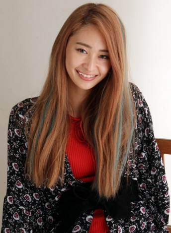 ロングヘアをピンクがかった茶色に染め、ドラマ『さくらの親子丼』でヤンキー役に挑戦する柳美稀