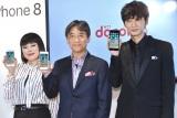(左から)ブルゾンちえみ、NTTドコモ代表取締役社長の吉澤和弘氏、綾野剛 (C)ORICON NewS inc.