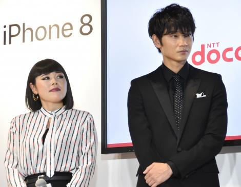 NTTドコモ『iPhone8、iPhone8 Plus、Apple Watch Series 3発売記念セレモニー』に出席した(左から)ブルゾンちえみ、綾野剛 (C)ORICON NewS inc.