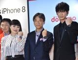 NTTドコモ『iPhone8、iPhone8 Plus、Apple Watch Series 3発売記念セレモニー』に出席した(左から)ブルゾンちえみ、NTTドコモ代表取締役社長の吉澤和弘氏、綾野剛 (C)ORICON NewS inc.