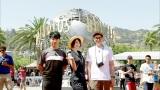 10月7日放送、テレビ朝日系『米倉涼子のなんでもいたします! 私、L.A.でも失敗しないのでSP』ユニバーサル・スタジオ・ハリウッドを訪れた(左から)藤井隆、米倉涼子、鈴木浩介(C)テレビ朝日