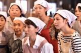 「こはぜ屋」縫製課の女性メンバー (C)TBS
