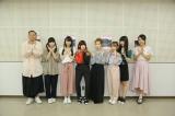 MCの鉄平(右端)、澤田彩香アナウンサー(左端)と一緒に「Uta-Tube」ポーズ(C)NHK