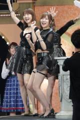 指原莉乃、柏木由紀、峯岸みなみによる「サンコン」は黒い衣装で登場した 写真:estudio pepe 神田有希