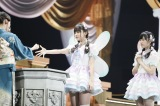 荒巻美咲と運上弘菜からなる2人組ユニット「fairy w!nk」の衣装は妖精の羽根つき(C)AKS