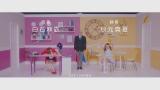 秋元真夏お気に入りのカフェ店員衣装で勝利=白石麻衣&秋元真夏ユニット曲「まあいいか?」MVより