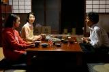 宮沢家での食卓風景(左から)上白石萌音、檀ふみ、役所広司(C)TBS