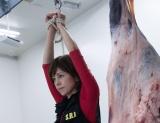 沢口靖子主演の長寿ドラマシリーズ『科捜研の女season17』第1話(10月19日放送)より。枝肉と並んで何をする気なのでしょうか?(C)テレビ朝日