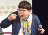 宇宙食のカレーライスをがっつく大島美幸 (C)ORICON NewS inc.