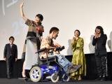 熊篠慶彦氏の車椅子の後ろに乗る清野菜名 (C)ORICON NewS inc.