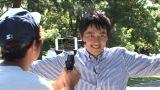 日本テレビ系『シューイチ』で中丸雄一とアクションムービーを撮影する安村アナ (C)日本テレビ