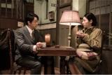 第1週#3より、乃木坂上倶楽部の1階でチャイティーを飲む朝と守綱(C)テレビ朝日